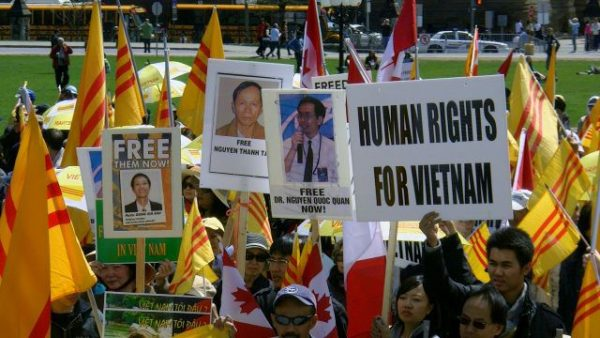 https://upload.wikimedia.org/wikipedia/en/5/5f/Vietnamese_Black_April_(Th%C3%A1ng_T%C6%B0_%C4%90en)_Democracy,_Human_Rights_Rally_63.jpg